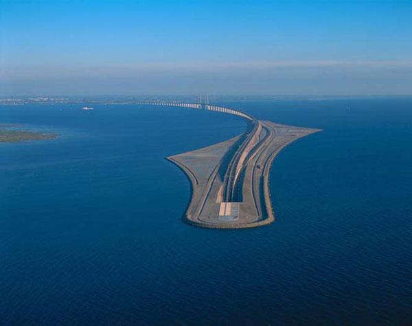 Η γέφυρα του Oresund που μετατρέπεται σε τούνελ και συνδέει την Δανία με την Σουηδία