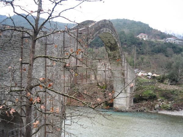 Άμεσα μέτρα για την αποκατάσταση του ιστορικού γεφυριού της Πλάκας